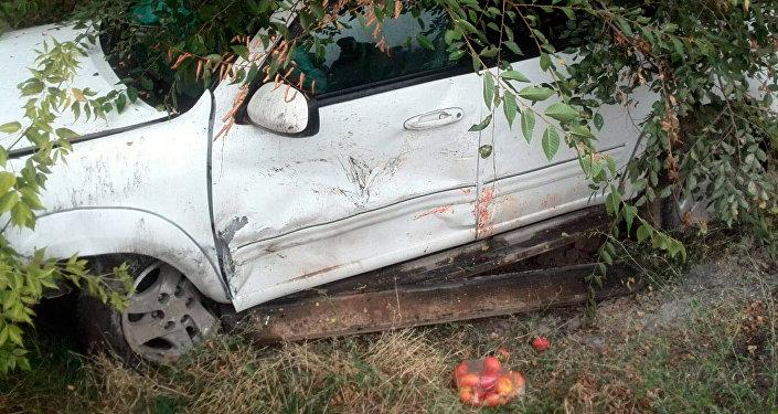 Столкнулись два автомобиля: Фольксваген Пассат и Тойота Секвоя.