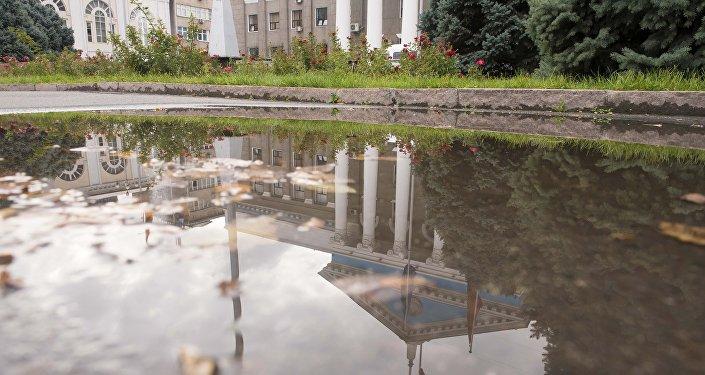 Бишкек шаарынын мэриясынын имаратынын сууда чагылышы. Архивдик сүрөт