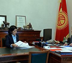 Билим берүү жана илим министри Элвира Сариева президент Алмазбек Атамбаевдин кабыл алуусу. Архив