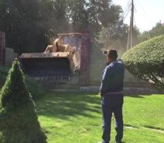 Бульдозер снес забор элитного дома, закрывавший целый переулок в Бишке