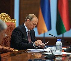 Россиянын президенти В. Путин ЖККУга мүчө мамлекеттердин башчыларынын отурумунда.