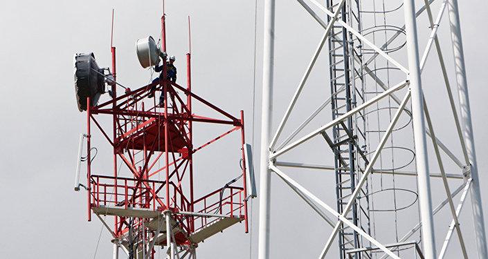 Монтажник на радиорелейной антенне. Архивное фото