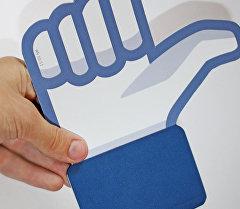 Бумажная вырезка Палец вверх. Архивное фото