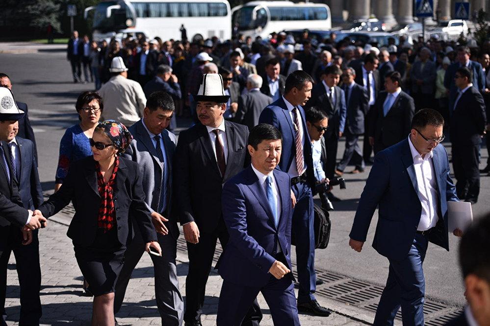 Коштошуу тажиясына премьер-министр Темир Сариев, Маданият, маалымат жана туризм министри Алтынбек Максутов, мамлекеттик жана коомдук ишмерлер жана интеллигенция өкүлдөрү катышты