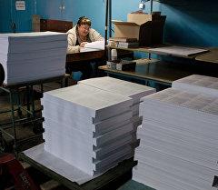 Сотрудница типографии подсчитывает избирательные бюллетени. Архивное фото