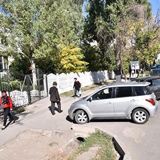 Затор возле школы-гимназии №12, находящейся в центре города Бишкек. Архивное фото