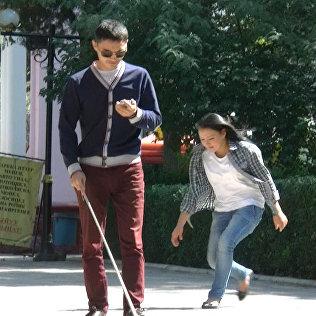 Бишкекте азиз киши капчыгын түшүрүп алганда, көзү көргөндөрдун мамилес