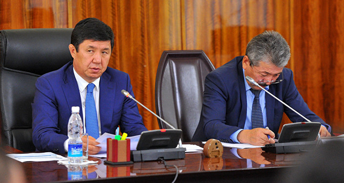 Премьер-министр Темир Сариев Жеткиликтүү турак-жай 2015-2020 мамлекеттик программасынын чогулушунда.