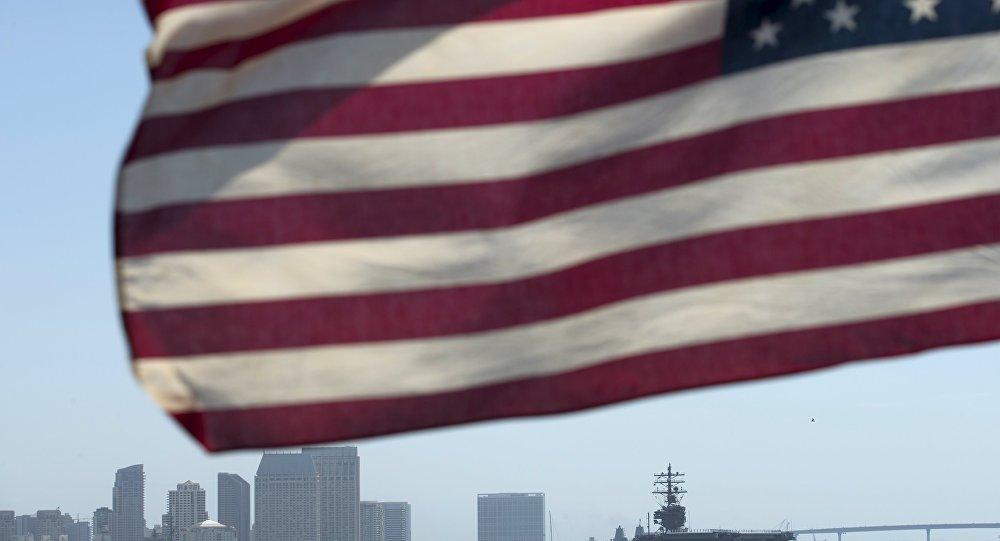 Государственный флаг США на фоне города Сан-Диего, США. Архивное фото