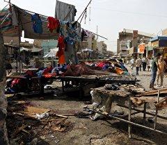 Люди на месте теракта в Багдаде.