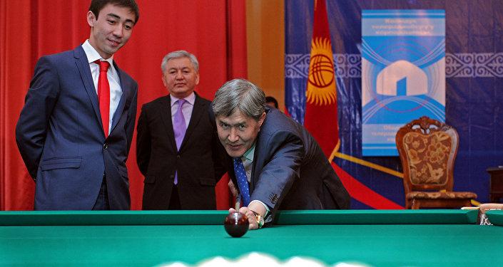Президент Кыргызстана Алмазбек Атамбаев играет в бильярд