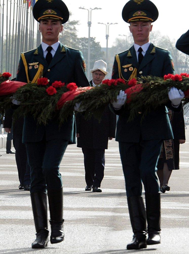 От инаугурации до селфи с футболистами — президент Алмазбек Атамбаев