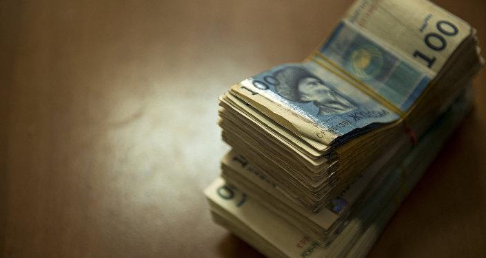 Пачка национальной валюты на столе. Архивное фото
