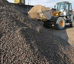 Бункировка инертных материалов на заводе по производству бетона. Архивное фото