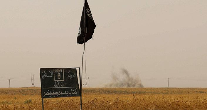 Флаг Исламского государства в Ираке. Архивное фото