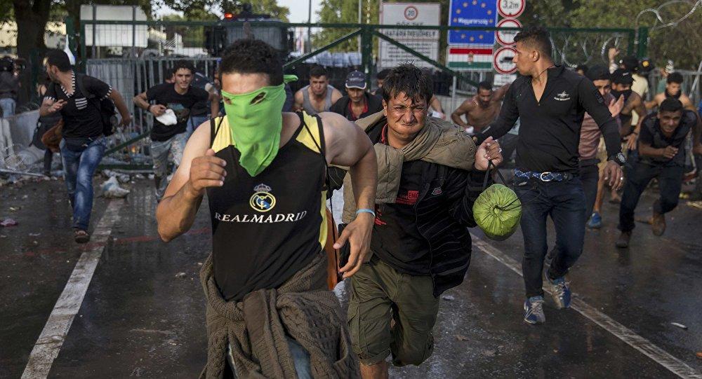 Столкновение беженцев с полицией в Венгрии. Архивное фото