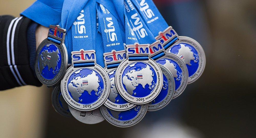 Омск шаарында Сибирь эл аралык SIM-2015 марафондогу ойнотулган медалдар. Архив