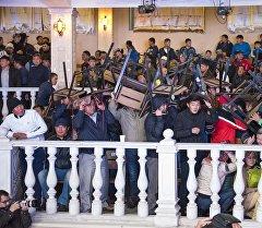 Люди спасаются в развлекательном центре Ала-Тоо, во время закидывания камнями здание.