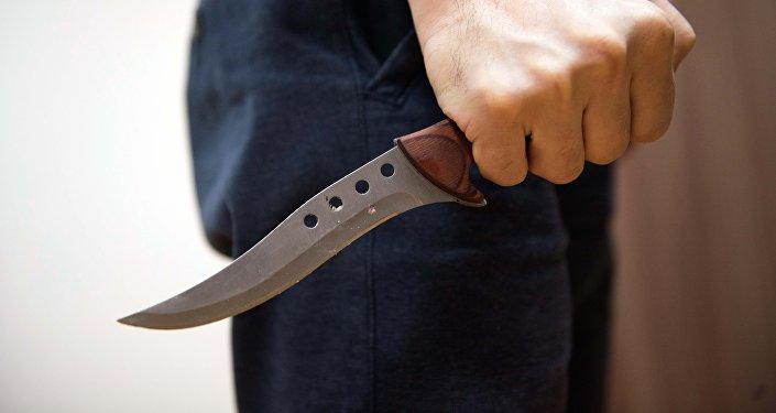 Мужчина держит нож в руках. Архивное фото