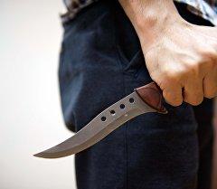 Мужчина держит нож в руках