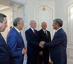 Президент Алмазбек Атамбаев Башкыртстандын башчысы Рустэм Хамитов менен.