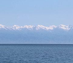Горы на фоне озера Иссык-Куль. Архивное фото