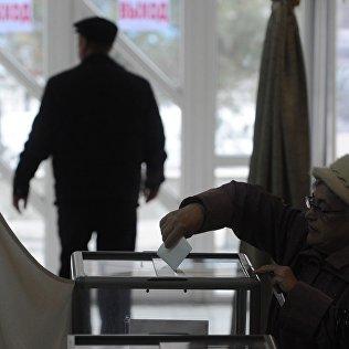 Пожилая женщина голосует на одном из предвыборных участков в Бишкеке. Архивное фото