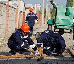 Рабочие сваривают газовую трубу. Архивное фото