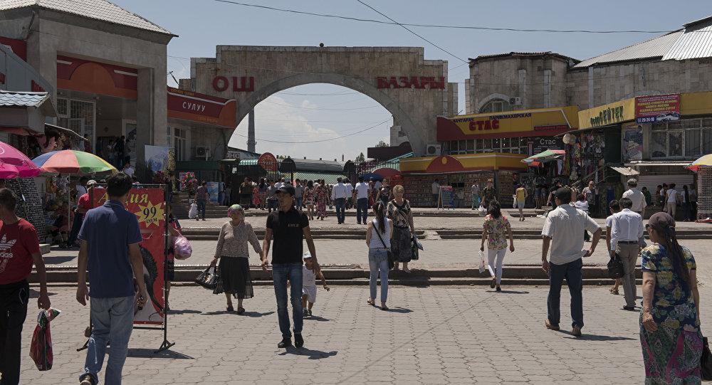 Горожане у главного входа на Ошский рынок в Бишкеке. Архивное фото