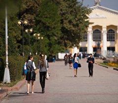 Школьники столичной школы на улице. Архивное фото