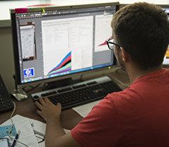 Графический дизайнер во время работы за компьютером. Архивное фото