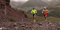 Атлеты бегали по мокрой грунтовой дороге в горах и пили воду