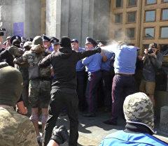 Беспорядки у горсовета Харькова: неизвестные применили газ против милиции