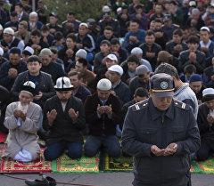 Милиционер  молится на праздничном Айт намазе. Архивное фото