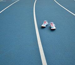 Обувь спортсмена на беговой дорожке. Архивное фото