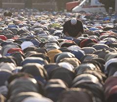 Верующие мусульмане во время утреннего праздничного Айт намаза