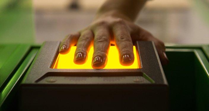 Сканирующее отпечатки пальцев устройство. Архивное фото