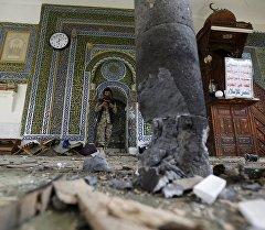 Место взрыва на территории мечети Блили в столице Йемена — Сане.