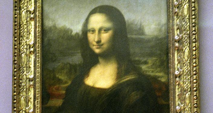 Картина Леонардо да Винчи Мона Лиза в Лувре. Архивное фото