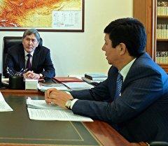 Президент Атамбаев жана премьер министр Темир Сариев. Архив