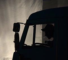 Водитель на грузовике. Архивное фото