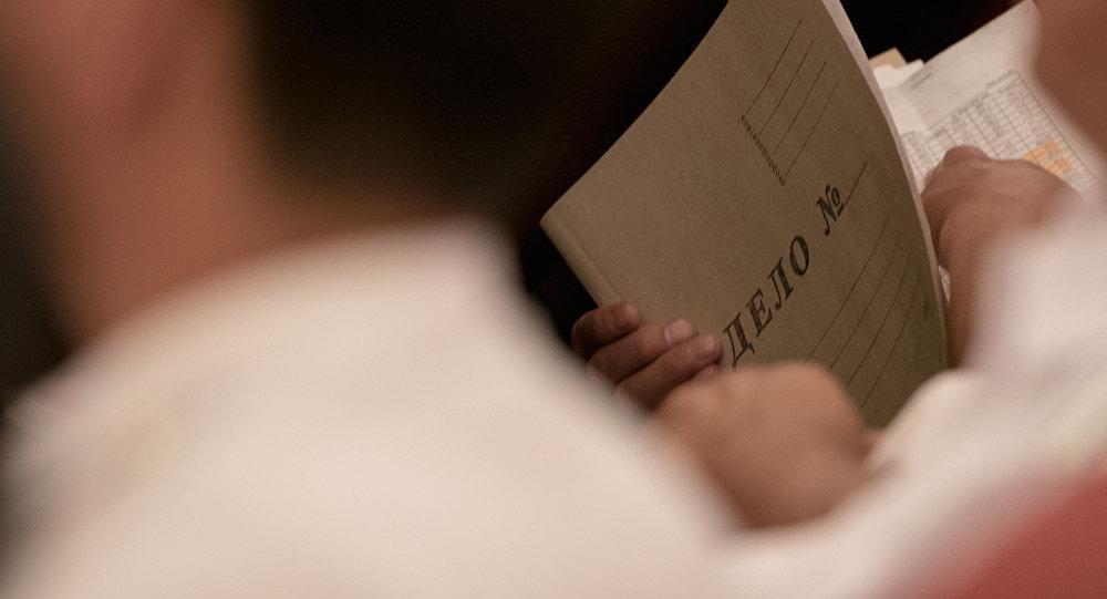 Папка Дело в руках мужчины. Архивное фото