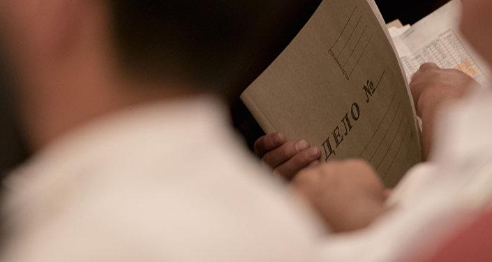 Бумажная папка в руках мужчины. Архивное фото