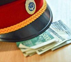 Фуражка милиционера с деньгами. Архивное фото