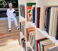 Посетительница библиотеки. Архивное фото