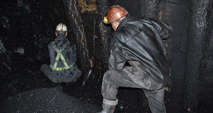 Cотрудники экстренных служб достали тела 2-х горняков из-под завалов шахты вКиргизии