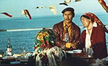 Актер и художник Суймонкул Чокморов и женщина из массовки на съемках фильма в Иссык-Кульской области. 1975 год