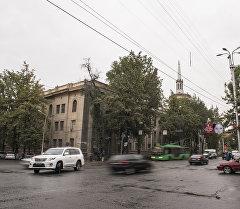 Транспорт на пересечении улиц Чуй и Турусбекова в Бишкеке. Архивное фото