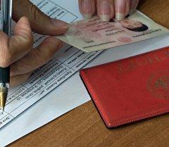 Паспорт гражданина КР на столе. Архивное фото