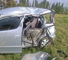 Тойота Функарго, ехавшая по автотрассе Токмок — Кызыл-Аскер, врезалась в фонарный столб.